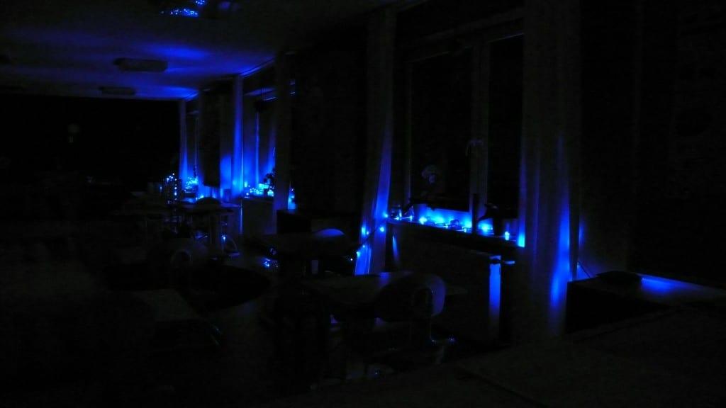Rozsvícený interiér ZŠ Sofie v noci z 1. na 2. dubna 2013